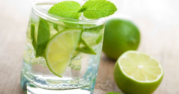 7 Benefícios da Água com Limão para a saúde